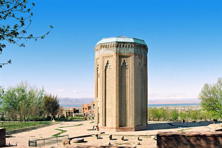 Достопримечательности Азербайджана - Мавзолей Момине-Хатун