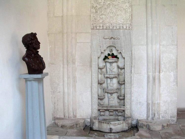 достопримечательности Бахчисарая - Фонтан слёз в Ханском дворце