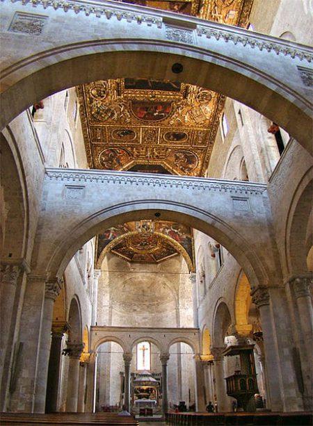 Арки с гербами своих покровителей в базилике Св. Николая в Бари, Италия
