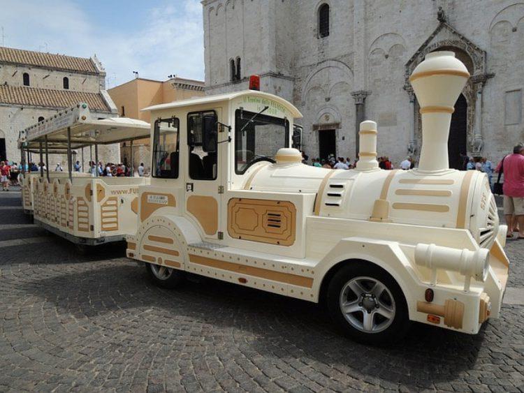 Автопоезд для туристов в Бари, Италия