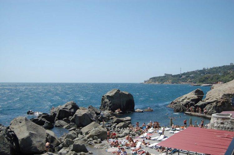 Пляж среди камней у моря в Алупке в Крыму