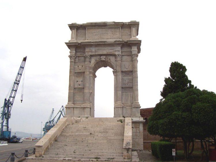 Триумфальная арка римского императора Траяна в Италии