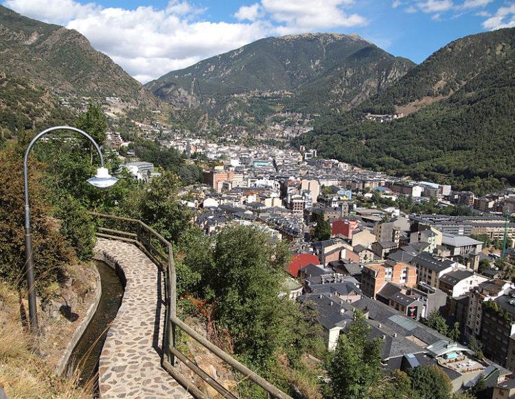 Вид на город Андорра-ла-Велья - столицу Андорры с пешеходной дорожки
