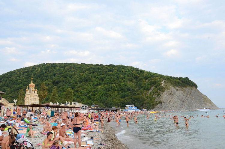 Пляж и гора Ёжик в Архипо-Осиповке, Геленджикский район, Краснодарский край, Россия