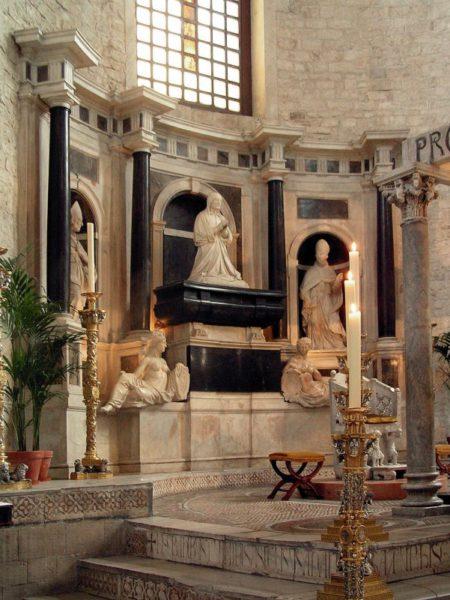 Гробница королевы Польши, Бона Сфорца, в базилике С. Николас, Бари, Италия