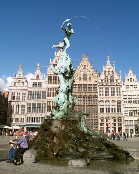 Фонтан Браво на Гроте Маркт в Антверпене в Бельгии