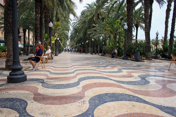 Разноцветный мозаичный бульвар Эспланада в Аликанте в Испании