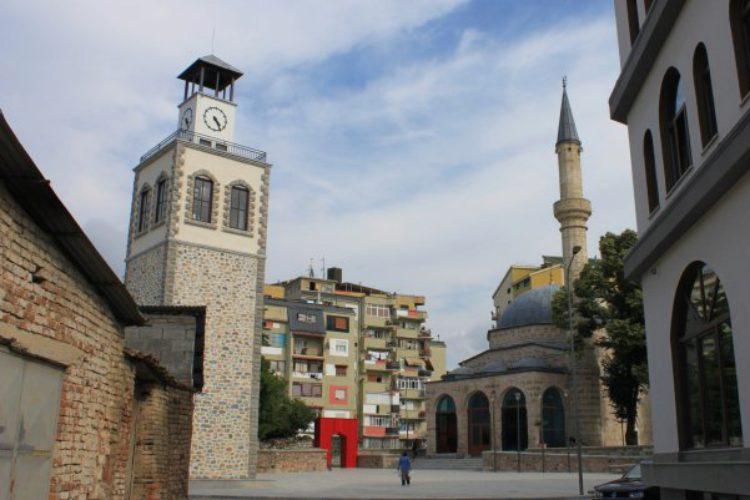 Часовая башня и мечеть Mirahor города Корча в Албании