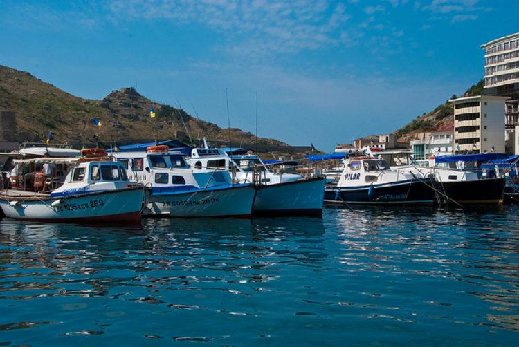 Лодки в бухте города Балаклава в Крыму, Россия