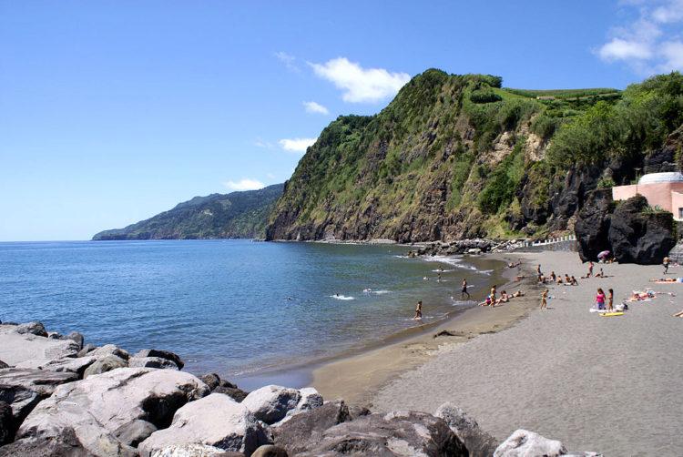 Пляж на острове Сан-Мигеле на Азорских островах