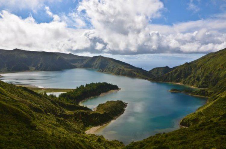 Озеро на острове Сан-Мигеле на Азорских островах в Португалии