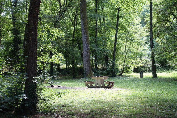 Место для отдыха в парке Анси во Франции