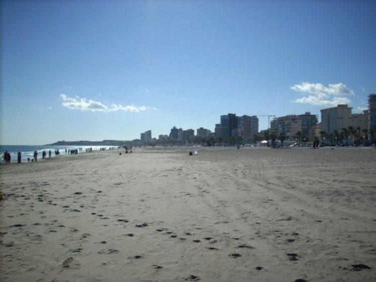 Пляж Сан Хуан (Playa de San Juan) в Аликанте в Испании
