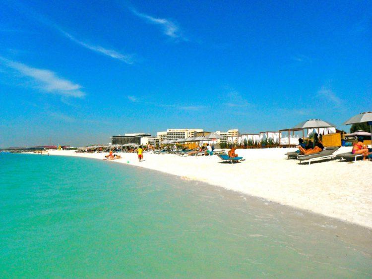 Пляж на острове Яс. Абу Даби, ОАЭ