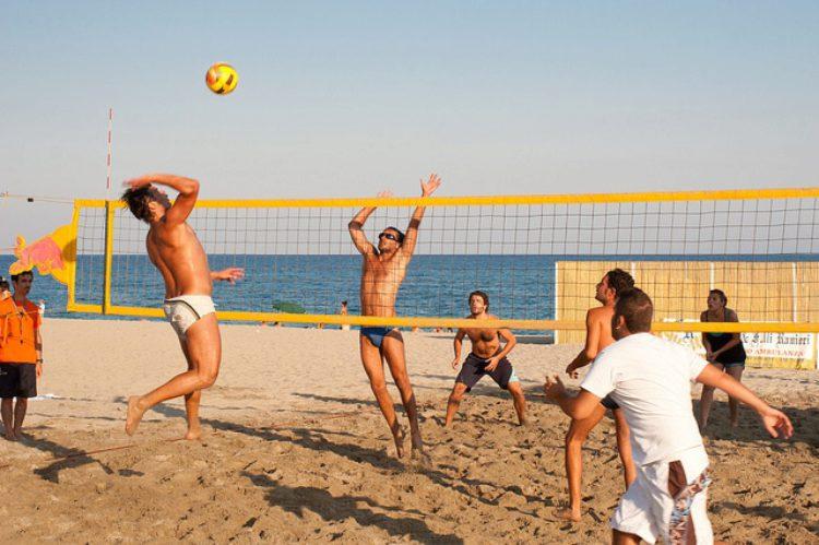 Пляжный волейбол - развлечение на пляже в Алупке в Крыму
