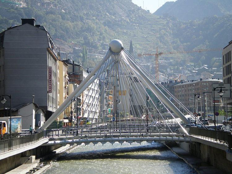 Мост Пон-де-Париж и река Гран-Валира в Андорре-ла-Велья
