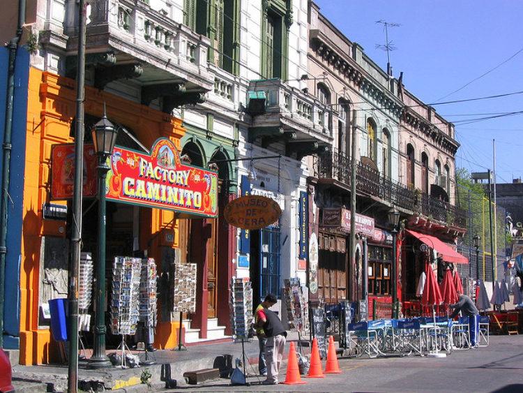 Магазины в туристической зоне «Ла Бока» (Порт) в Буэнос-Айресе. Аргентина, Южная Америка