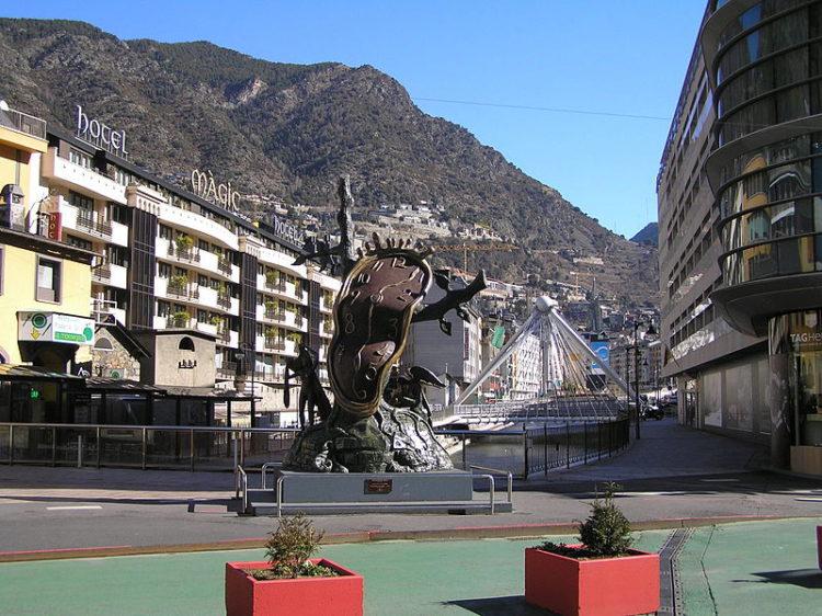 Сальвадор Дали - скульптура «Благородство времени» вдоль проспекта Мериткселл в центре Андорры-ла-Велья
