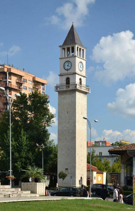 Часовая башня на площади Скандерберг в городе Тиране в Албании