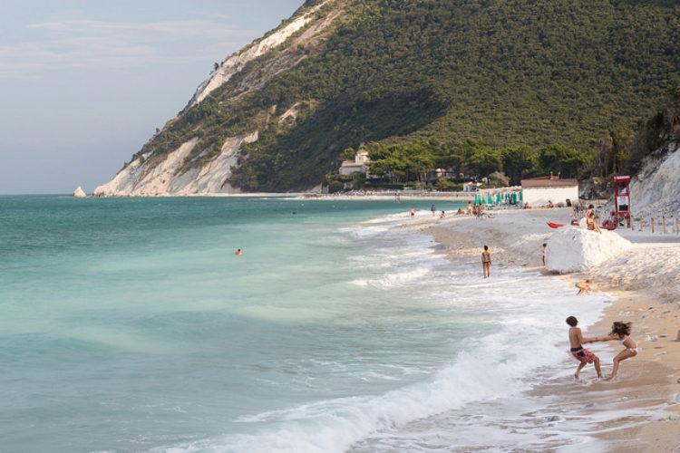 Панорама летнего пляжного отдыха в Анконе в Италии