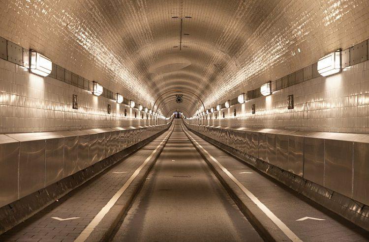 Старый тоннель под Эльбой - достопримечательности Гамбурга, Германия