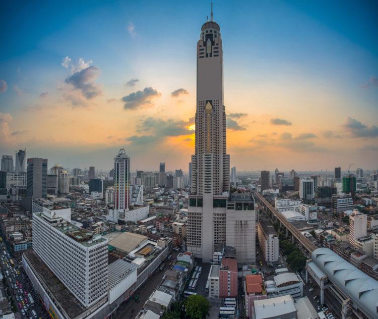 Ночной вид башни Байюк II в Бангкоке - достопримечательности Бангкока