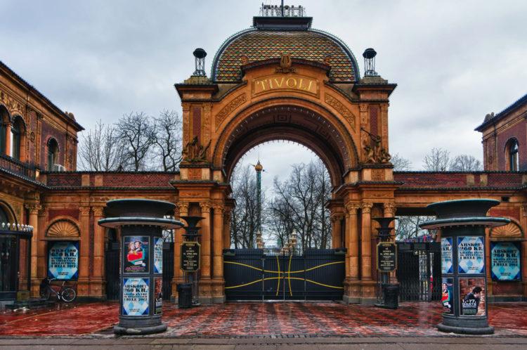 Главный вход в сады Тиволи в Копенгагене - достопримечательности Копенгагена, Дания
