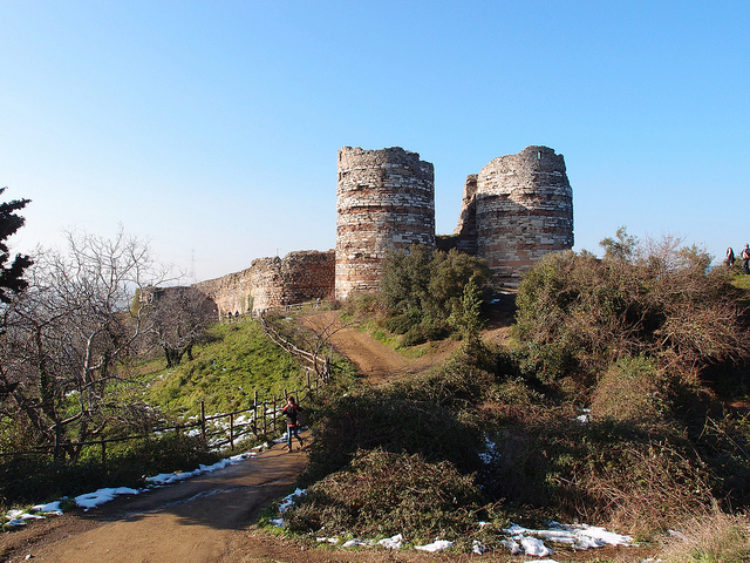 Замок Йорос (Yoros castle) в Анадолу Каваги в Стамбуле - достопримечательности Стамбула, Турция