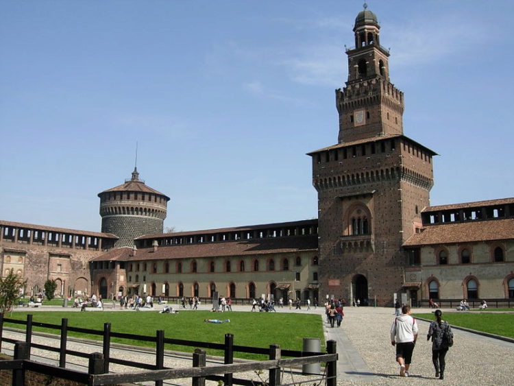 Кастелло-Сфорцеско или замок Сфорца в Милане - достопримечательности Милана, Италия