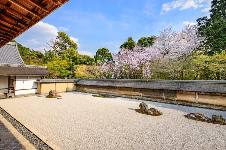Каменный сад в храме Ryoan-Ji - достопримечательности Киото, Япония
