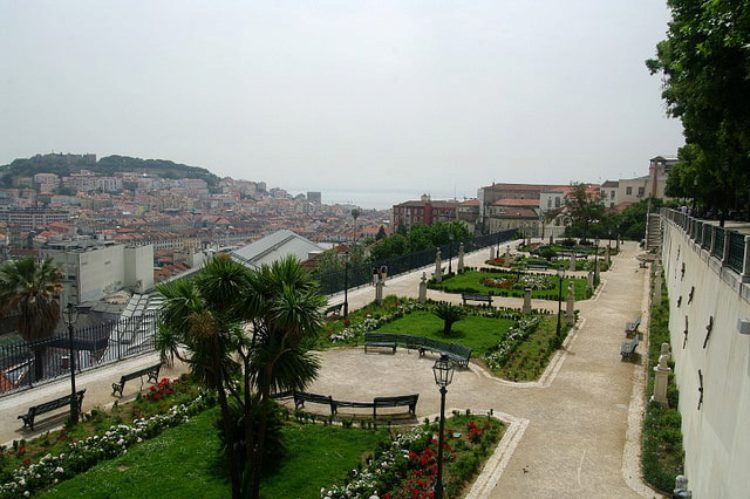 Смотровая площадка Мирадуро-де-Сан-Педро-де-Алкантара - достопримечательности Лиссабона, Португалия