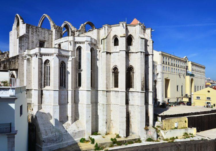 Руины монастыря Кармелитов - достопримечательности Лиссабона, Португалия