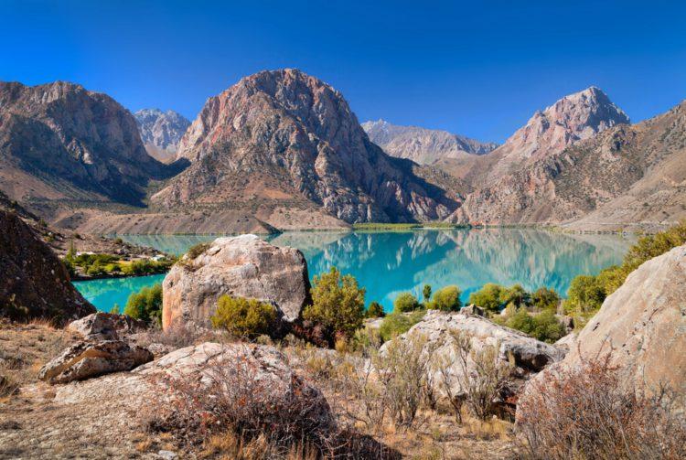 Горное озеро Искандеркуль - достопримечательности Таджикистана