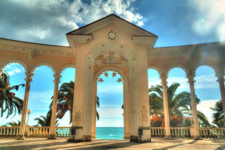 Гагрская колоннада - достопримечательности Абхазии