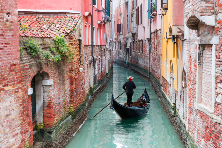 Гондола – символ Венеции - достопримечательности Венеции