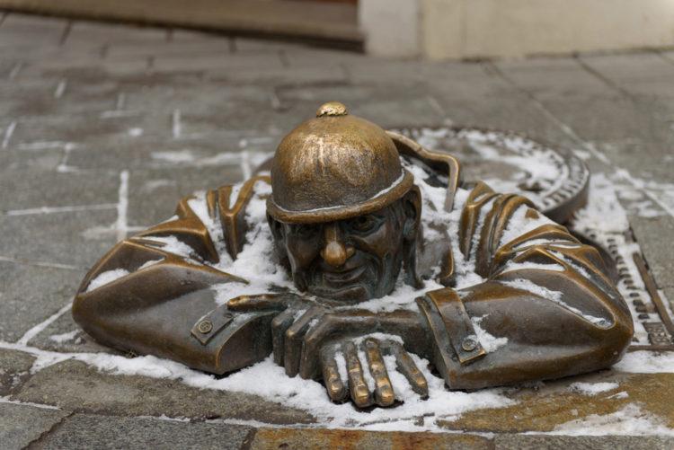 Памятник сантехнику Чумил - достопримечательности Братиславы
