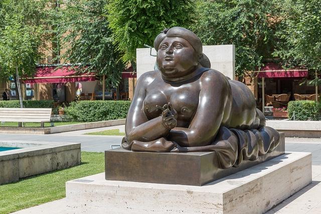Скульптура «Курящая женщина» - достопримечательности Еревана