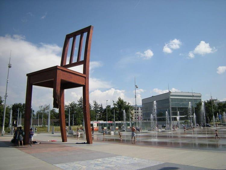 Деревянная скульптура Сломанный стул - достопримечательности Женевы