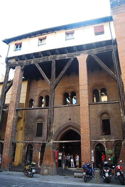 Дом Изолани - достопримечательности Болоньи