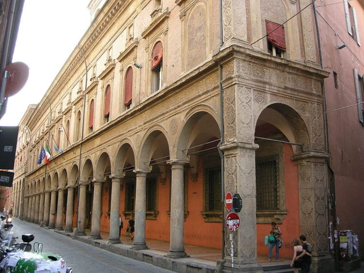 Университетский дворец - достопримечательности Болоньи