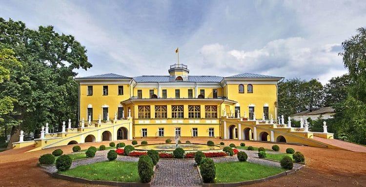 Губернаторский дом и сад - достопримечательности Ярославля