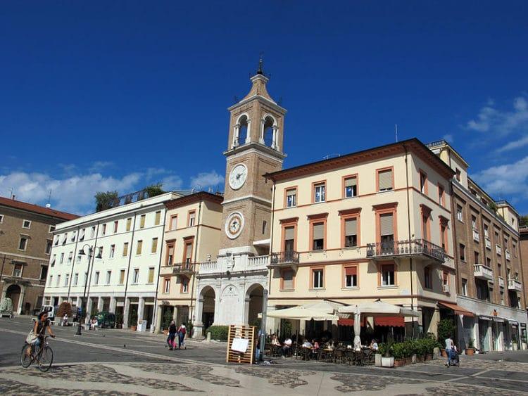Площадь Трех Мучеников и Часовая башня - достопримечательности Римини