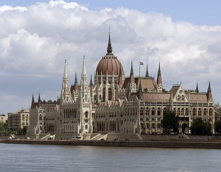 Здание венгерского парламента в Венгрии