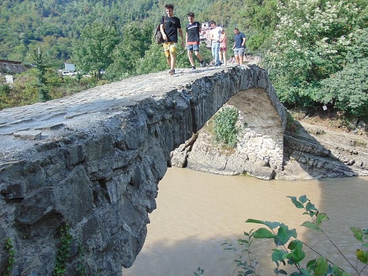 Махунцети и мост Царицы Тамары в Грузии