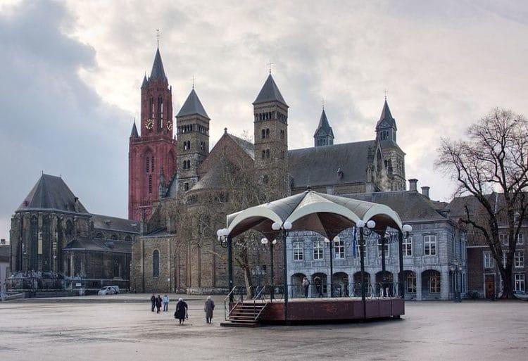 Площадь Фрайтхоф в Маастрихте в Нидерландах