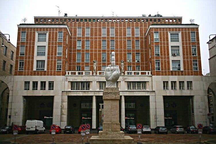 Памятник Среднему пальцу в Италии