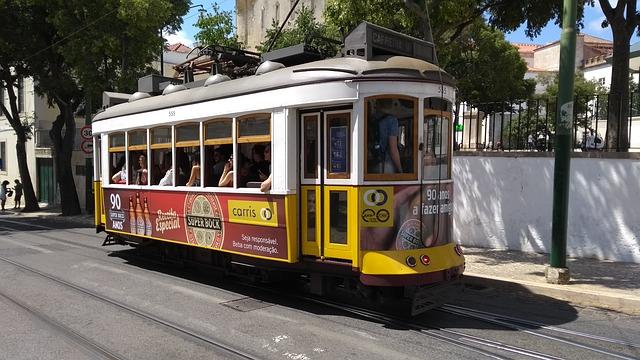 Жёлтый лиссабонский трамвай в Португалии