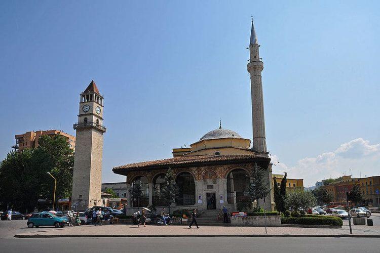 Мечеть Эфем Бей на площади Скандерберг в Тиране в Албании