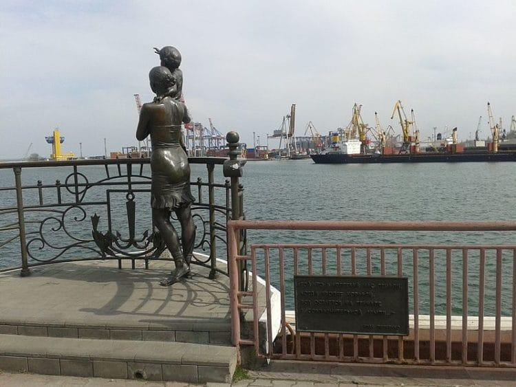 Памятник жене моряка - достопримечательности Одессы