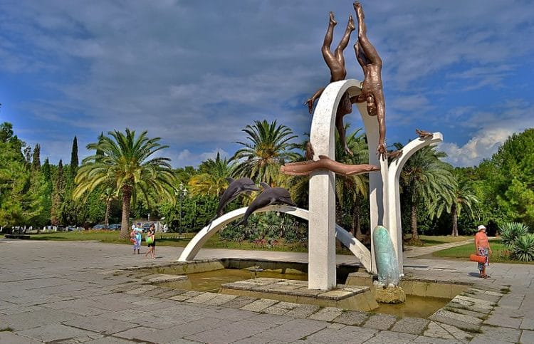 Скульптура «Ныряльщики» - достопримечательности Пицунды